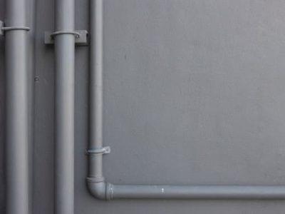 Трубы, закрепленные на стене