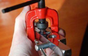 Механический инструмент ля вальцевания