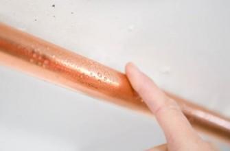 Конденсат на медной трубе в санузле