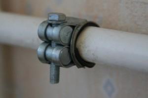 Использоание хомута для ремонта трубы