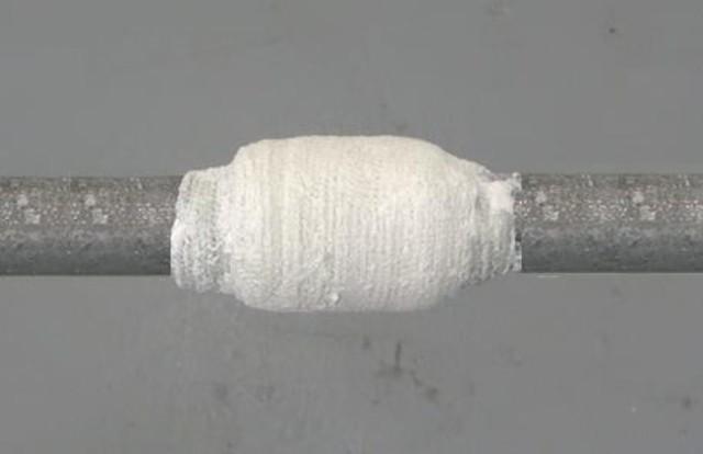 Обмотка трубы бинтом с клеевым раствором
