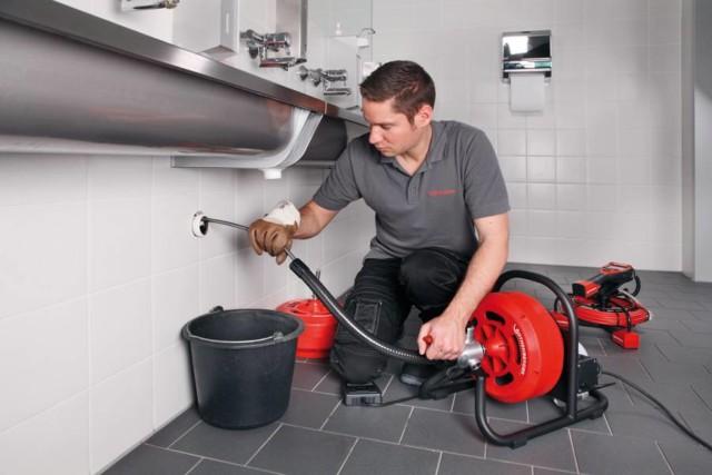 Устранение засора гидродинамической машиной для профессиональной чистки